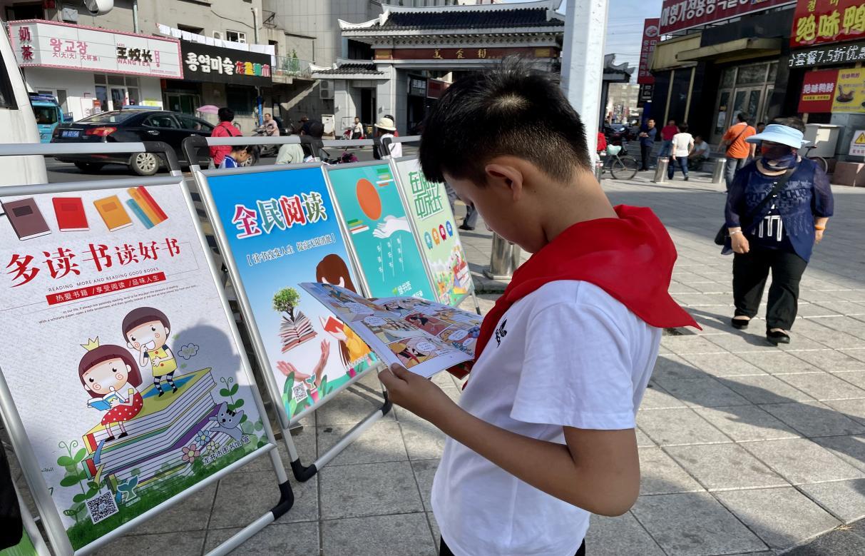 图书流动服务车走进市标广场开展阅读推广活动5