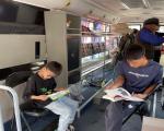图书流动服务车走进市标广场开展阅读推广活动
